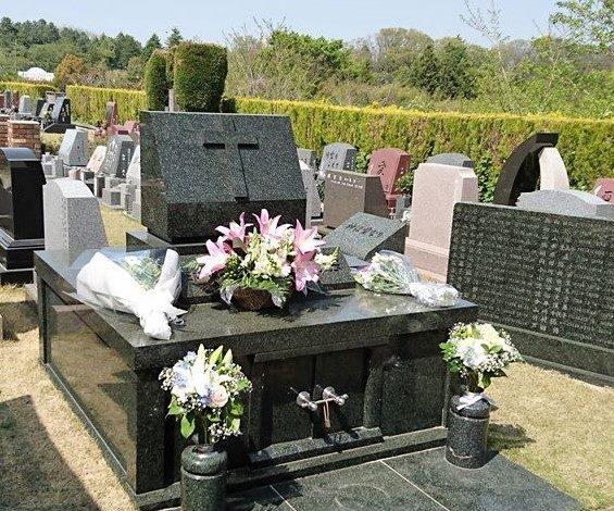 墓前礼拝の時の教会墓地
